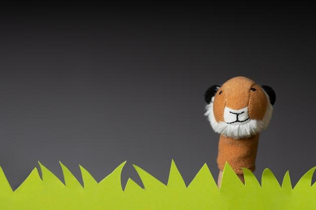 Burattino di tigre in erba di carta con spazio di copia