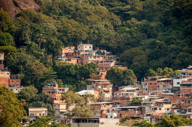 La collina di tijuquinha sul lato ovest di rio de janeiro in brasile.