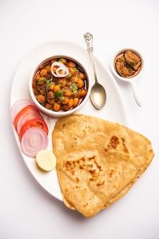 Tikona paratha o triangle parotha con chole o choley o chana masala