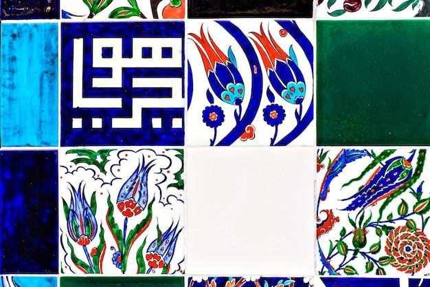 Piastrella con ornamenti orientali sul bazar di istanbul