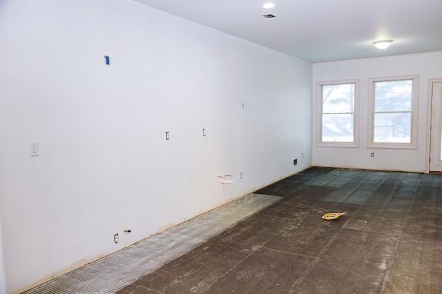 Pavimento di piastrelle, preparare per la preparazione per l'installazione di piastrelle in cucina in una nuova casa