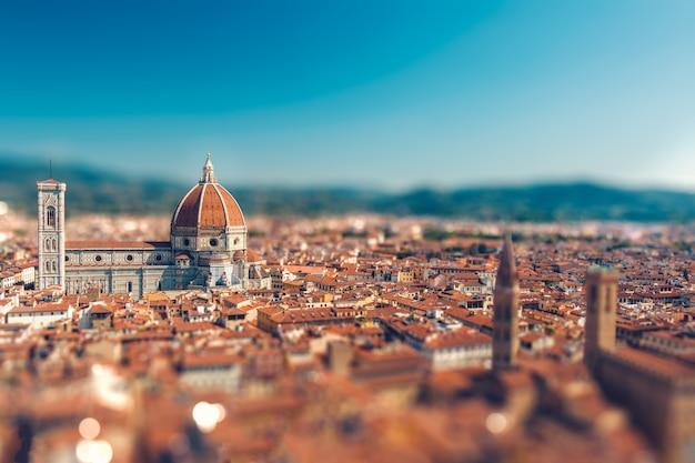 Effetto miniatura dell'inclinazione della bellissima città italiana di firenze con il suo simbolo santa maria del fiore a fuoco e vista dall'alto di vecchi tetti