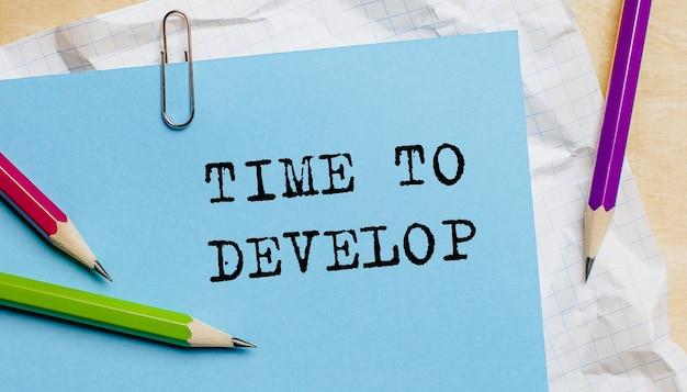 Tempo di sviluppare testo scritto su un foglio con le matite in ufficio