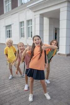 È tempo di divertirsi. scolari che giocano nel cortile della scuola e si sentono gioiosi
