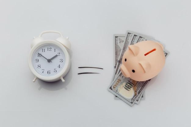 Il tempo è denaro concetto è sul muro bianco.