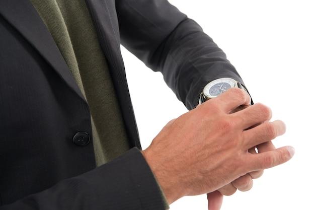 Il tempo è adesso orologio da polso sulla mano maschile regolazione o controllo dell'orologio orologio da uomo