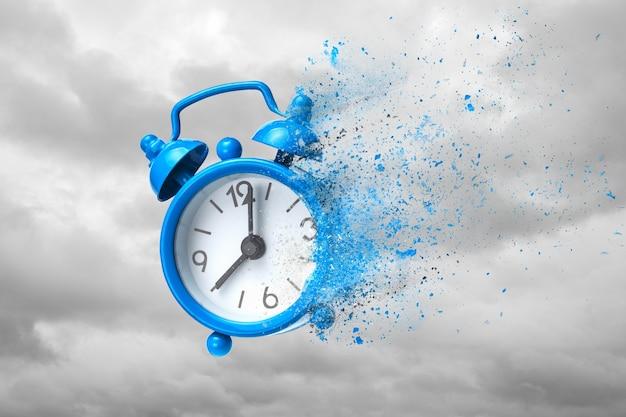Il tempo sta finendo. sveglia blu che ondeggia come sabbia o cenere sullo sfondo delle nuvole.