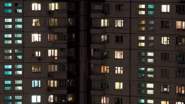 Scatto in time lapse di edifici e finestre illuminate di notte