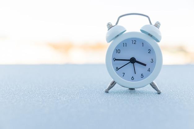 Concetto di gestione del tempo. retro sveglia, copia spazio. sconfiggi il virus, cambia il tuo futuro, gestisci il tuo tempo concettuale