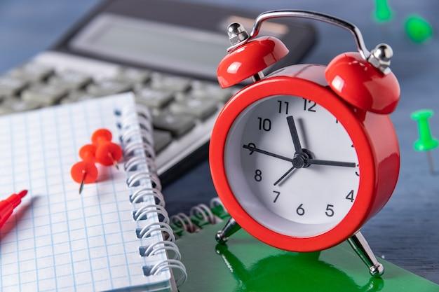 Scadenza per la gestione del tempo. conteggio del tempo lavoro grafico. scadenze per i lavori. raggiungi una certa ora.