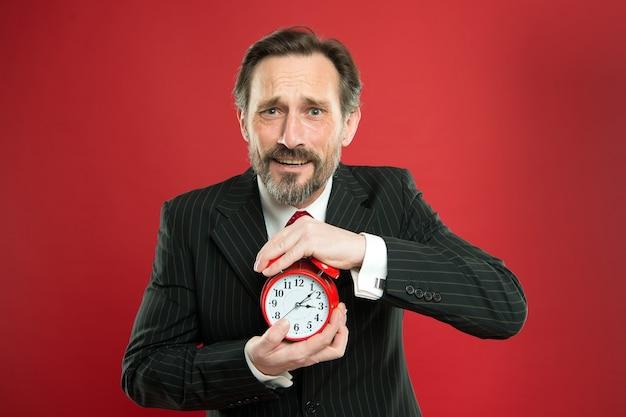 Capacità di gestione del tempo. quanto tempo manca alla scadenza. manager con sveglia. uomo d'affari barbuto tenere l'orologio. uomo maturo barba pronto per iniziare a lavorare. ora di lavorare. l'uomo d'affari si preoccupa del tempo.