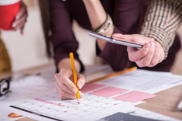 Orario. primo piano del calendario sdraiato sul tavolo con una data contrassegnata su di esso