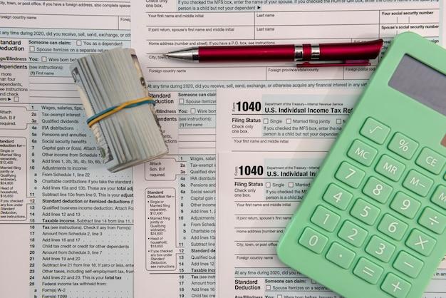 Tempo per le tasse aprile 1040 concetto finanziario di denaro