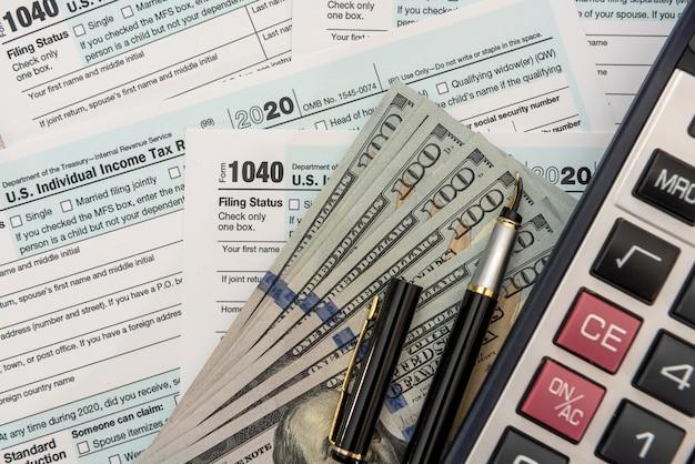 Tempo per le tasse aprile 1040 denaro concetto finanziario