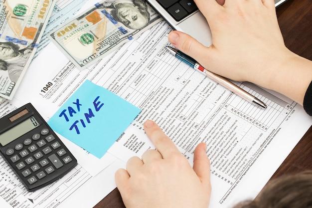 Tempo per il concetto di tassazione della contabilità finanziaria dei soldi delle tasse.