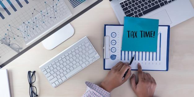 Tempo per le tasse che pianificano l'uomo d'affari di contabilità finanziaria di soldi