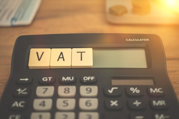 È tempo di iva, imposta sul valore aggiunto nell'unione europea. foto di sfondo della scrivania aziendale ed economica