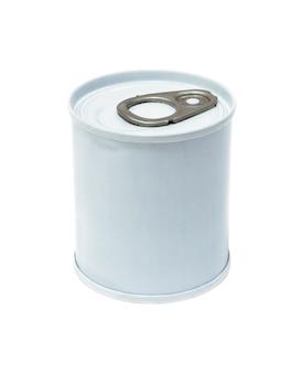 Barattolo di latta con anello di trazione isolato su bianco