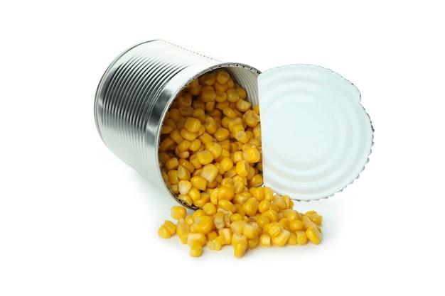Barattolo di mais in scatola isolato su bianco