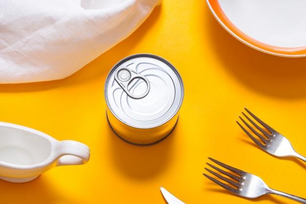 Pasto di tin canned sul tavolo da cucina, vista dall'alto