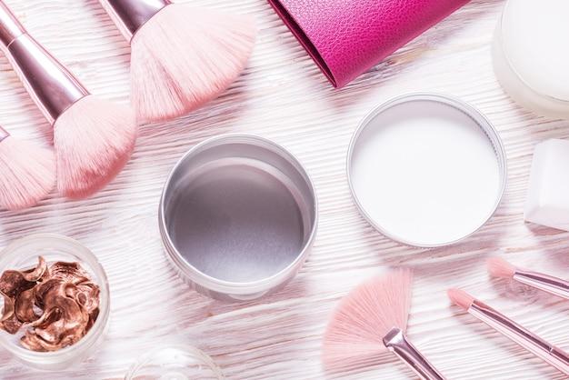 Scatola cosmetica in metallo latta, custodia sul tavolo cosmetico in legno