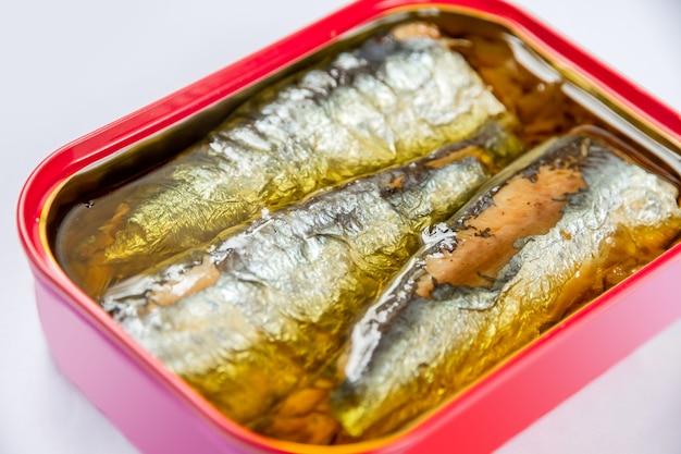 Barattolo di sardine sott'olio isolato su sfondo bianco