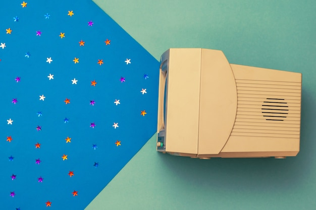 Immagine colorata di un vecchio monitor con un fascio di stelle. elettronica d'epoca. la vista dall'alto.