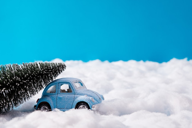 Piccole automobili blu e albero di natale