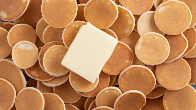 Minuscole frittelle di cereali con un pezzo di burro, frittelle