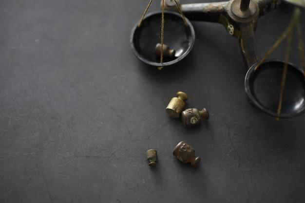 Piccoli pesi su bilance vintage. dettaglio della vecchia scala antica, vecchia bilancia in ottone vintage.