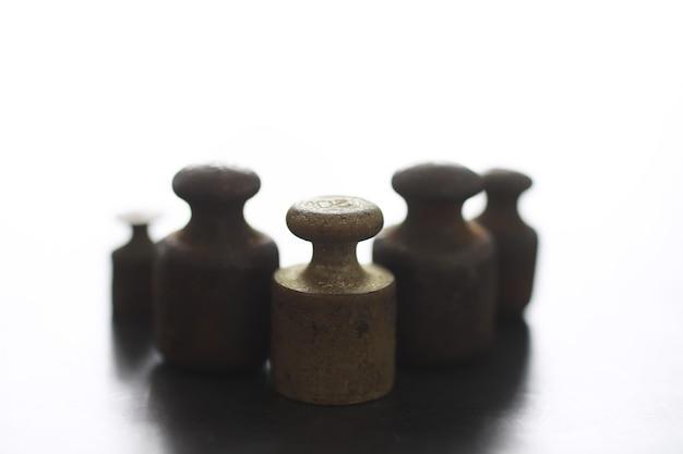 Piccoli pesi su bilance vintage. dettaglio della vecchia scala antica, vecchia bilancia in ottone vintage. Foto Premium