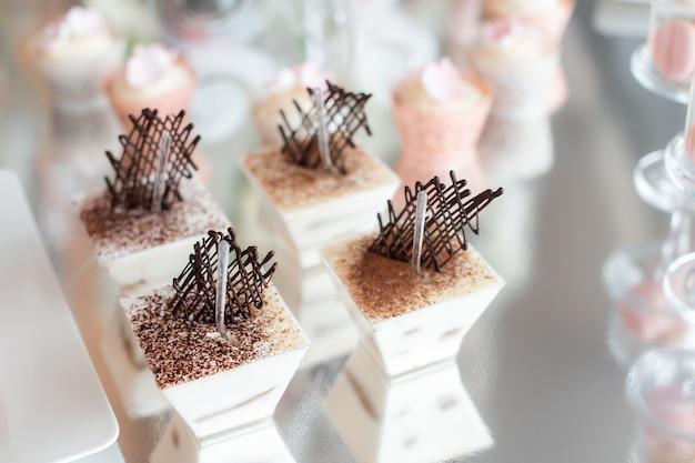 Dessert tiramisù in forme di vetro per matrimonio candy bar. tiramisù con decorazione al cioccolato
