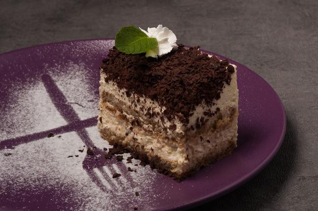 Il tiramisù è un dolce popolare con note di crema delicata e caffè forte