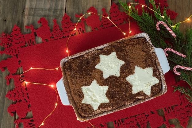 Tiramisù dolce tradizionale italiano con decorazioni natalizie. copia spazio.
