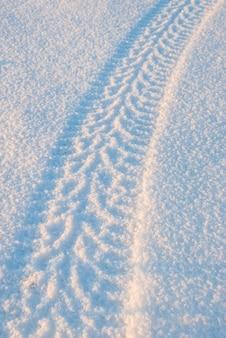 Tracce di pneumatici sulla neve
