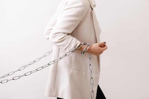 La donna d'affari stanca sta tirando le catene. concetti di debiti o durezza della promozione del lavoro per le donne.