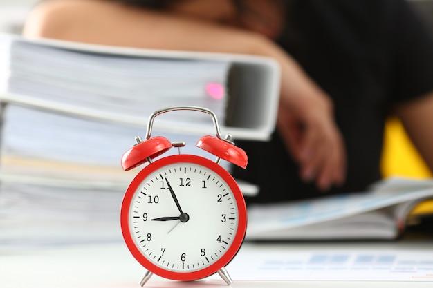 La donna stanca ed esausta lavora molto con i documenti per addormentarsi