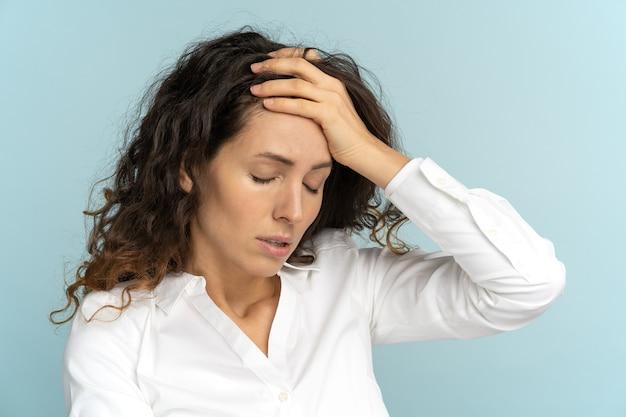 Stanco frustrato lavoratore di ufficio donna d'affari sospirando asciugandosi il sudore della fronte ha burnout emotivo