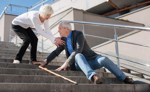 Uomo stanco malato calmo che soffre di stanchezza e racconta a sua moglie di pillole mentre donna spaventata lo ascolta