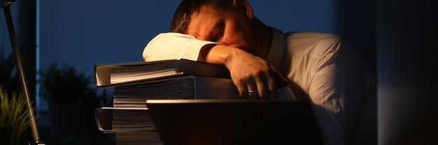 Lavoratore maschio stanco