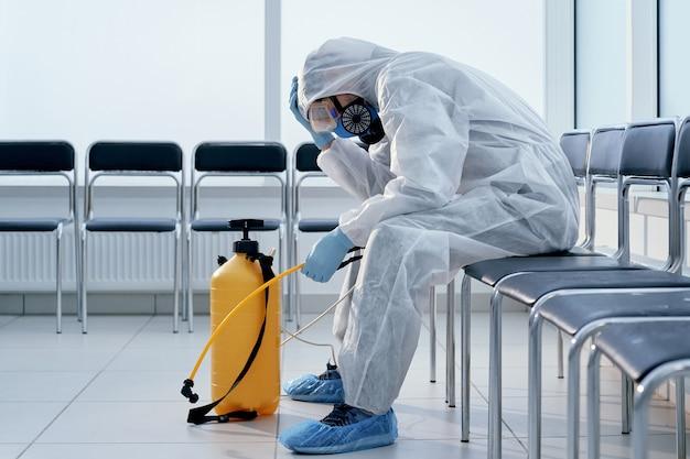 Infermiere stanco in una tuta a rischio biologico