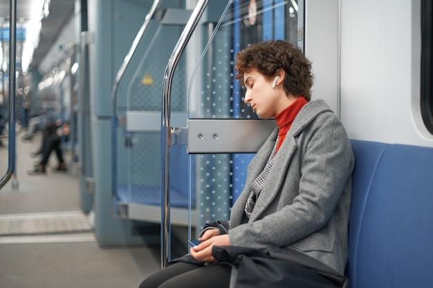 Una donna stanca si è addormentata durante un viaggio in metropolitana