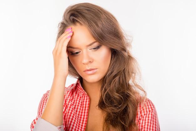 Giovane donna stanca che soffre di mal di testa