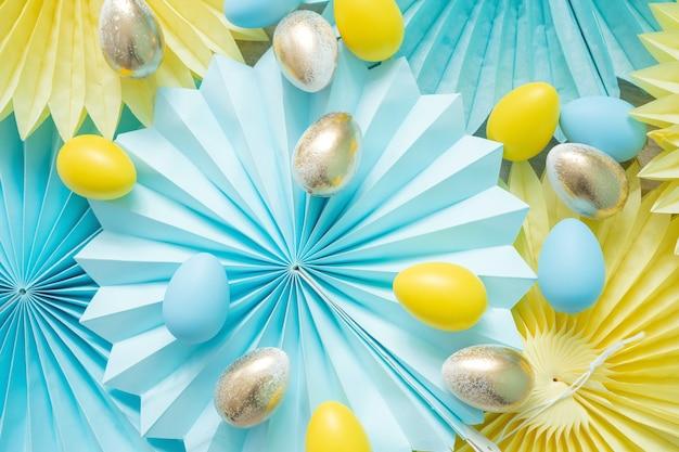 Ventagli di decorazioni in carta velina e uova di pasqua