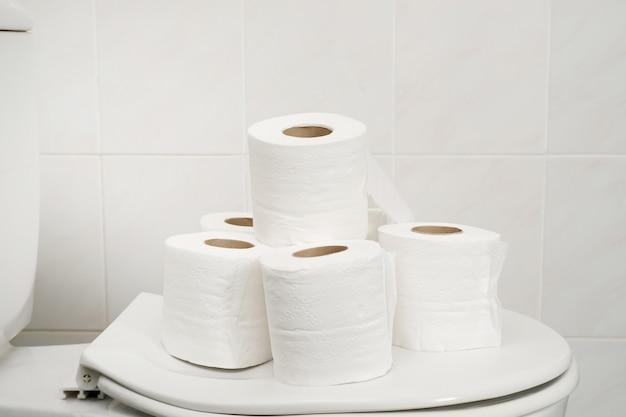 La carta velina è stata messa sul water in bagno.