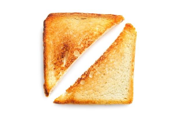 Fette di pane tostato isolate su bianco.