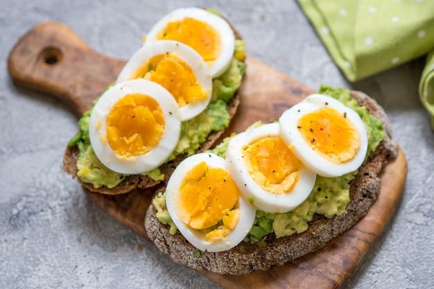 Toast con avocado e uovo