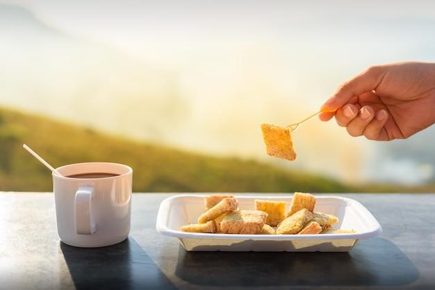 Toast con caffè con la luce del mattino