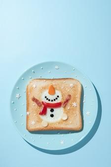 Toast con albume a forma di pupazzo di neve felice