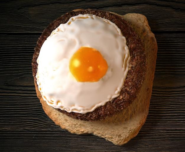 Toast con hamburger e uova. illustrazione 3d